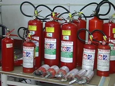 Extintores industriais são obrigatórios  pelo corpo de bombeiros em qualquer tipo de empresa, mesmo que seja de pequeno porte. O prazo de validade para eles, é de um ano. (foto: Reprodução / TV Sul)