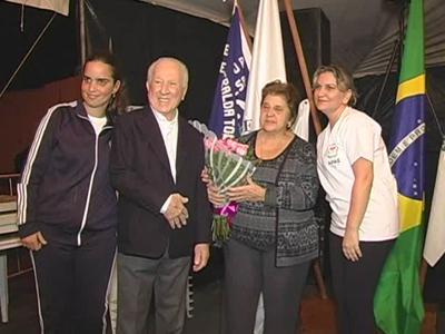 Nabih e Waldete Zaiat foram homenageados por funcionários e alunos da APAE de Guaxupé (foto: Reprodução / TV Sul)