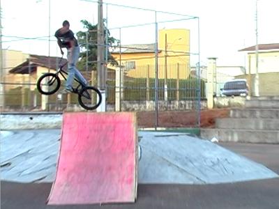 Domingo foi de muitas manobras de bike, em Guaxupé. No 1º Campeonato BMX Freestyle os participantes fizeram de tudo para impressionar os jurado. (foto: Reprodução / TV Sul)