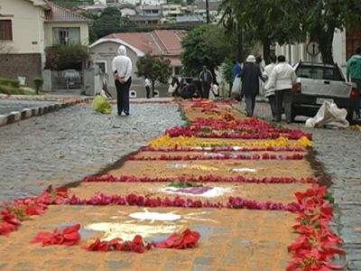 Na manhã de hoje (30/05) ruas em torno da Catedral ficaram enfeitadas. (foto: Reprodução / TV Sul)