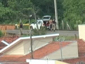 Equipe da TV Sul flagrou o momento em que o suspeito foi detido e levado ao HPS. (foto: Reprodução / TV Sul)