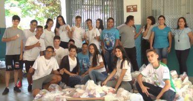 Estudantes do ginásio doam mais de 2 mil quilos de alimentos para entidades assistenciais da cidade