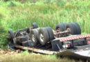 Homem fica ferido após caminhão capotar no Polo Industrial