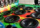 Sabe aqueles carros equipados com caixas de som capazes de fazer um barulho bem alto?