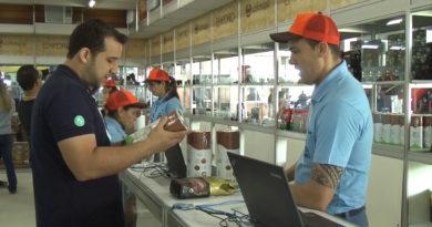 Visitantes fazem compras no stand da Cooxupé