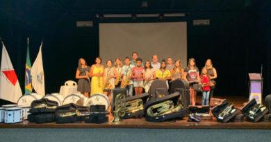 Instrumentos musicais são entregues para componentes da orquestra de sopros de Guaxupé