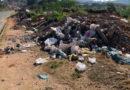 Homem é flagrado fazendo o descarte ilegal de resíduos em um terreno particular