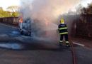 Veículo pega fogo na Avenida Felipe Elias Zeitune