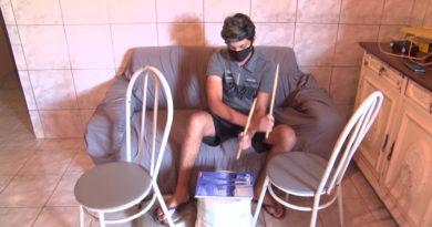 Jovem cria a própria bateria para praticar em casa
