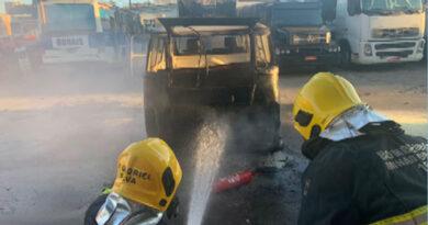 E uma kombi ficou parcialmente destruída graças a um incêndio este final de semana em Guaxupé