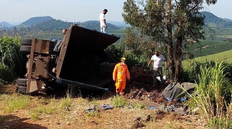 Bombeiros atendem acidente automobilístico em rodovia