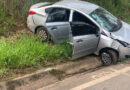 Condutora perde controle do carro e colide em um barranco na BR-491