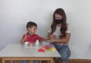 Pedagoga ensina brincadeiras para crianças em casa