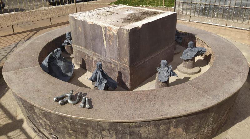 Monumento em homenagem ao trabalhador rural é retirado de sua base para manutenção