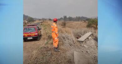 Carreta cai em ribanceira e motorista de 41 anos morre ao ser ejetado da cabine